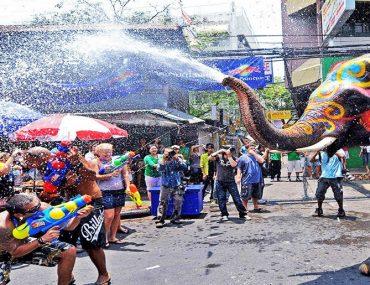 جشن آب پاشی در تایلند